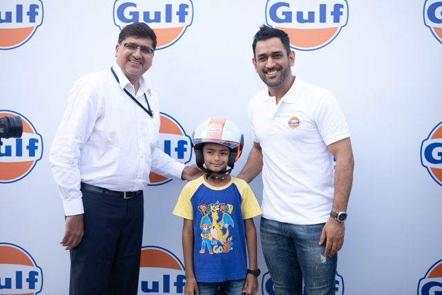 MS Dhoni giving helmets for Guardian on Road campaign