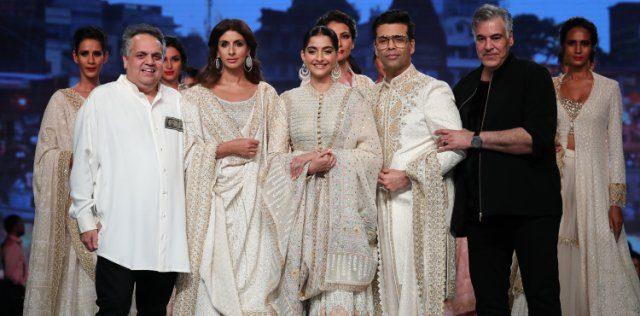 Sandeep Khosla, Shweta Bachchan Nanda, Sonam Kapoor Ahuja, Karan Johar & Abu Jani at the show