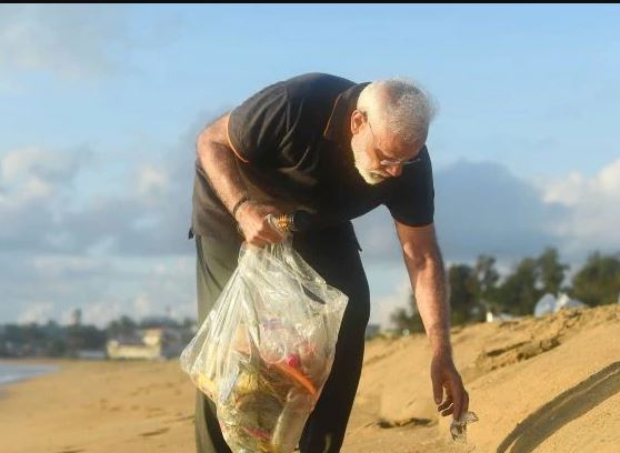 PM Narendra Modi doing beach clean-up