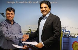 Ashwani Dudeja, Country Head, Shell Energy India (L) with Siddharth Jain, Director, INOX Group (R)