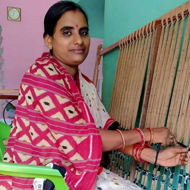 Handloom weaver Itishree doing Bandha